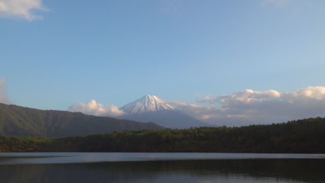 vídeos de stock e filmes b-roll de 4k tilt down: mt fujisan in the sunset time at lake saiko, yamanashi, japan. - inclinação para baixo