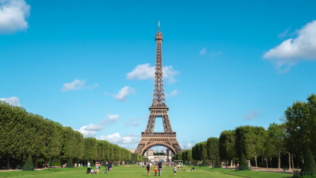 4k Time lapes : Eiffel tower in Paris, France