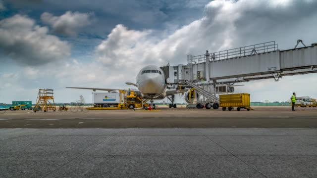 stockvideo's en b-roll-footage met 4 k time-lapse activiteiten van laden van vracht in het vliegtuig - vliegveld vertrekhal