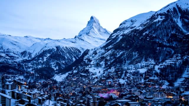 stockvideo's en b-roll-footage met 4 k time-lapse: luchtfoto op zermatt dorp en piek van de matterhorn, zwitserland - matterhorn
