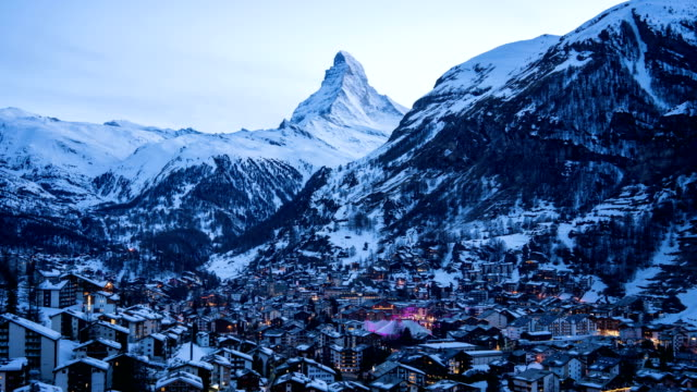 stockvideo's en b-roll-footage met 4 k time-lapse: luchtfoto op zermatt dorp en piek van de matterhorn, zwitserland - zermatt