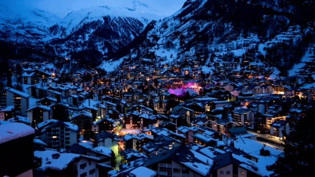 4k time lapse : aerial view on zermatt village and matterhorn peak, switzerland - швейцарские альпы стоковые видео и кадры b-roll