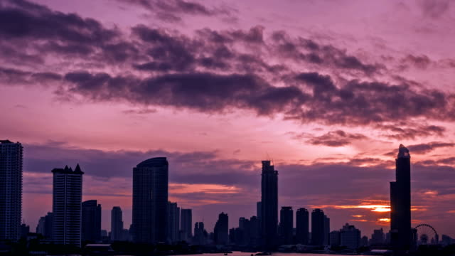 4 k tid förflutit, dramatisk himmel över bangkok metropolis i skymningen - pink sunrise bildbanksvideor och videomaterial från bakom kulisserna