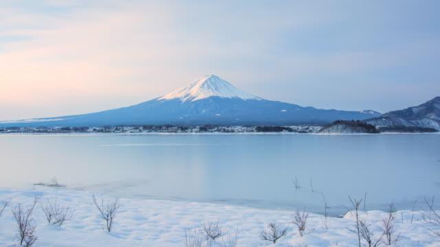 冬の季節、日本で「富士山の日シーン中に 4 k インターバル撮影 - 冬点の映像素材/bロール