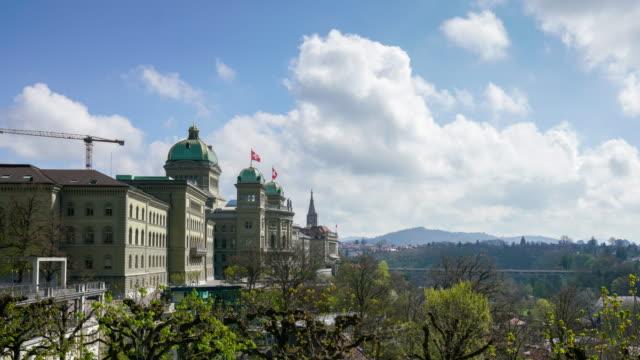 4k zeitraffer-parlamentshaus in bern schweiz - kanton bern stock-videos und b-roll-filmmaterial