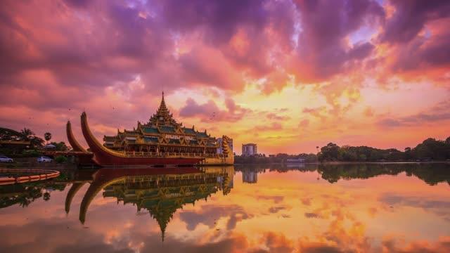 4k. time lapse landmark karaweik palace in kandawgyi nature park of yangon, myanmar - burma home do стоковые видео и кадры b-roll