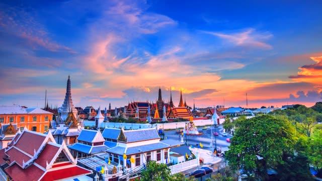 4k zeitraffer-wahrzeichen von bangkok wat phra kaeo oder tempel des smaragd-buddha in bangkok city, thailand - pagode stock-videos und b-roll-filmmaterial