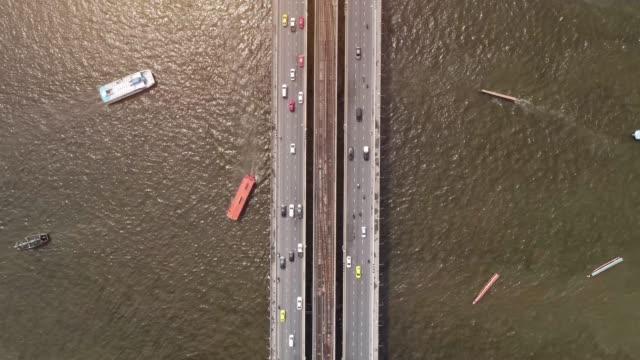 4k time lapse, top view of the chao phraya river, traffic of cars and boats. - wagon kolejowy filmów i materiałów b-roll