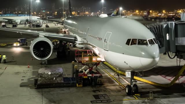 4k time lapse, unloading airplane cargo air freight logistic background at hong kong. - rozładowywać filmów i materiałów b-roll