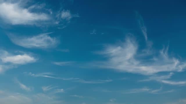 vídeos de stock, filmes e b-roll de timelapes 4k das nuvens no céu azul - cirro