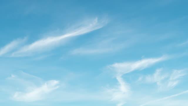4k timelapes : der klare himmel mit einer wolke - zirrus stock-videos und b-roll-filmmaterial
