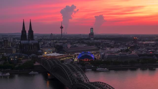 vidéos et rushes de timelapse 4k : pont aérien de cologne de hohenzollern au coucher du soleil, allemagne - 2018