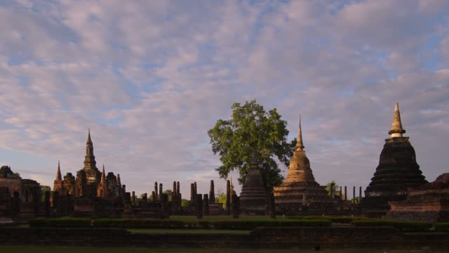 4k timelapse and tilt down, Wat Mahathat Temple in sukhothai historical park in Thailand. video