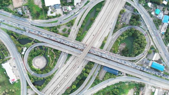vidéos et rushes de 4 k timelapse et effectuer un zoom arrière vue aérienne de la rue de la ville. - route surélevée