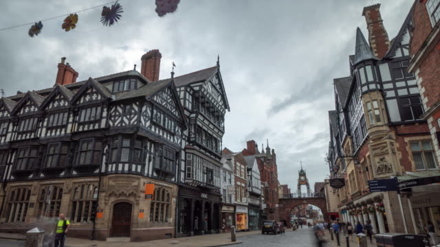 stockvideo's en b-roll-footage met 4k time-lapse: chester bridge street, high street shops en shoppers - chester engeland
