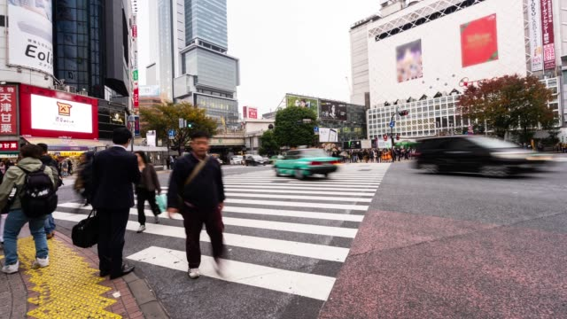 4 k timelapse fullsatt av människor vid shinjuku distriktet tokyo japan - billboard train station bildbanksvideor och videomaterial från bakom kulisserna