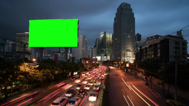 vídeos de stock e filmes b-roll de 4k timelapse day to night of light trails in road to asoke district at the center of heart business district in bangkok city downtown thailand - modelo arte e artesanato