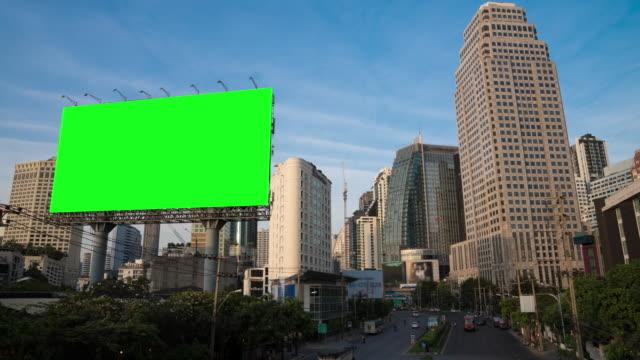 4k zeitraffer tag zu nacht der lichten wege in der straße zum asoke bezirk im zentrum des herzens geschäftsviertel in bangkok stadt innenstadt thailand - plakat stock-videos und b-roll-filmmaterial