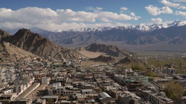 vídeos y material grabado en eventos de stock de 4k, timelapse, dolly shot; ciudad de leh ladakh en la india en el invierno. - norte