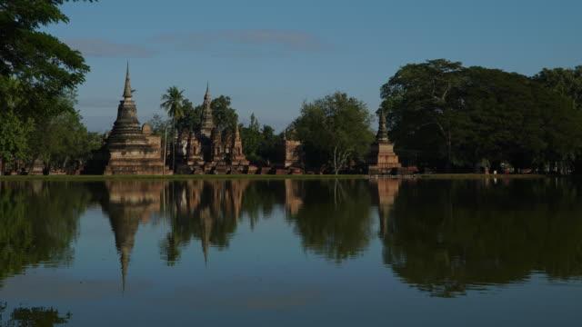stockvideo's en b-roll-footage met 4 k timelapse lockdown, tempel van wat mahathat in sukhothai op moment van de dag. - klooster