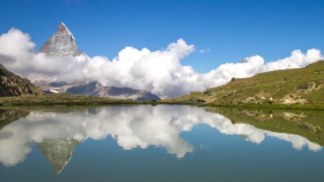 stockvideo's en b-roll-footage met 4k time-lapse: matterhorn weerspiegeld in een alpine meer, zwitserland - matterhorn