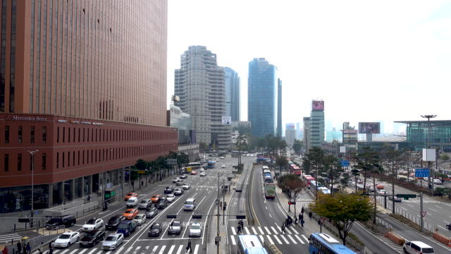 vídeos de stock e filmes b-roll de 4k timelapse of car traffic and crown pedestrian of people on the road at seoul station in south korea - seul