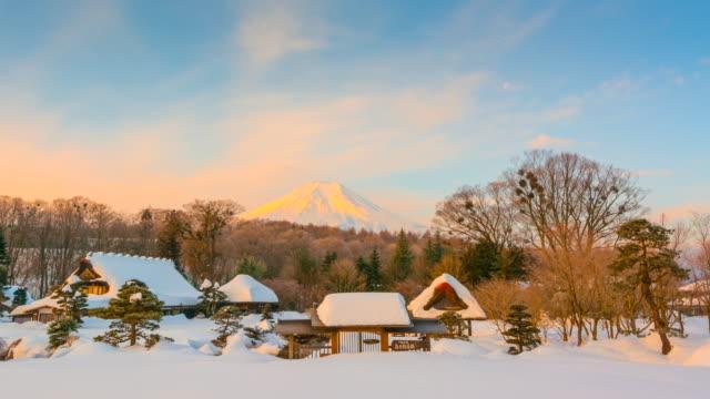 4 k 富士山と忍野八海村日の出の低速度撮影は、雪嵐、冬の日本の後背景 - 冬点の映像素材/bロール
