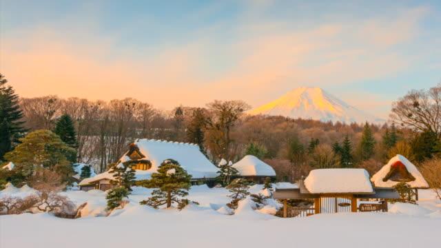 vidéos et rushes de 4k décomposée du lever du soleil à oshino hakkai village avec le mont fuji est fond après la tempête de neige, hiver japon - fuji yama