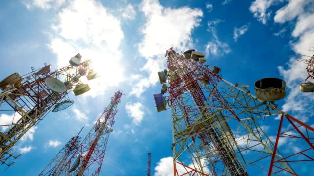 4 k timelapse av telekommunikation mast tv antenner trådlös teknik - parabolantenn bildbanksvideor och videomaterial från bakom kulisserna