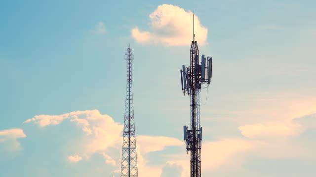 vidéos et rushes de 4 k timelapse de technologie sans fil de télécommunications mât tv antennes - transmission