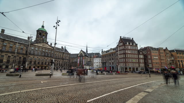 vidéos et rushes de 4k time-lapse panning: city pedestrian at dam square amsterdam in cloudy day - dam