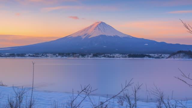 4 k で冬季の富士山のタイムラプス日の出シーン日本します。 - 富士山点の映像素材/bロール