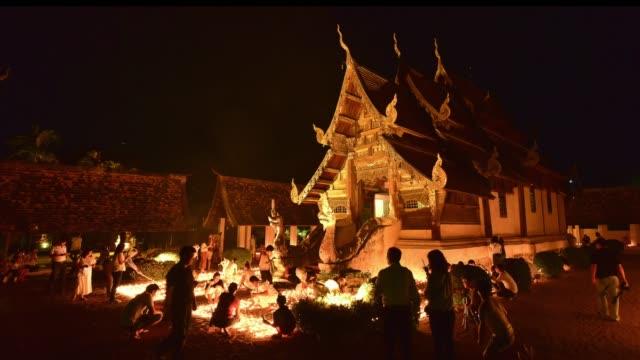 stockvideo's en b-roll-footage met 4k, timelapse, ton kwen tempel, chiangmai, thailand-mei, 2017: mensen licht kaarsen en bidden op de ton kwen tempel op visakha bucha dag. ruis en hoge iso-clip - s