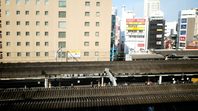 vídeos de stock, filmes e b-roll de 4 k tokyo city view no trem - transporte ferroviário