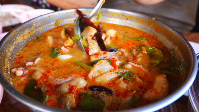 4k: tom yum goong thai food - gusto aspro video stock e b–roll