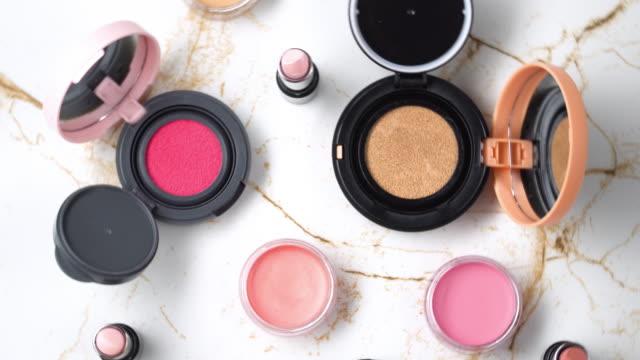 vídeos de stock, filmes e b-roll de 4 vista superior k e giro da coleção de cosmético. - maquiagem e cosméticos