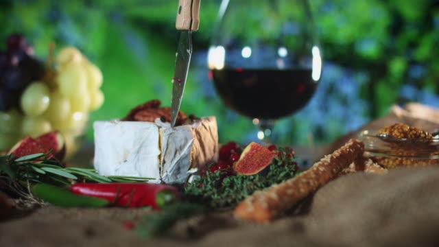 vídeos y material grabado en eventos de stock de 4k queso tradicional plato cuchillo lleva camembert - comida francesa