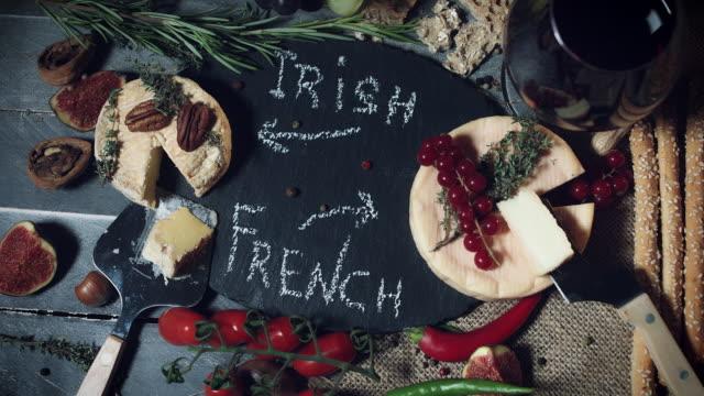 4 k 伝統的な大皿アイルランドとフランス柔らかいチーズ - フランス料理点の映像素材/bロール
