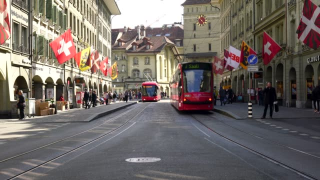 4k straßenbahnen und bus in bern - kanton bern stock-videos und b-roll-filmmaterial