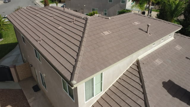 4k uav drone crane flight undersökningar bostäder hus tak kakel inspektion - yttertak bildbanksvideor och videomaterial från bakom kulisserna
