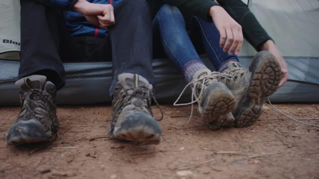 4k uhd: junge frau binden ihre wandern stiefel - schuhwerk videos stock-videos und b-roll-filmmaterial
