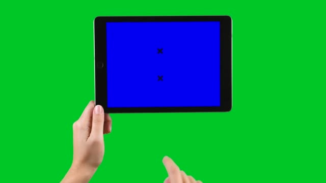 クロマ キーを表示する緑色の画面でタブレット pc を使用して 4 k - 指点の映像素材/bロール