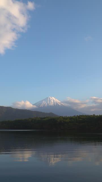 4k vertikal: mt fujisan i solnedgången tid på lake saiko, yamanashi, japan. - vertikal bildbanksvideor och videomaterial från bakom kulisserna