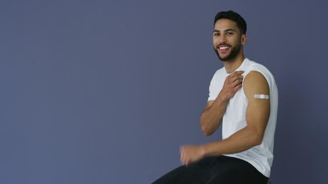 vídeos de stock e filmes b-roll de 4k video footage of a man showing thumbs up after receiving the covid-19 vaccine - braço