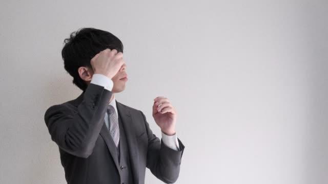 日本の男性ビジネスマンの 4 k 映像彼自身を準備しました。 ビデオ