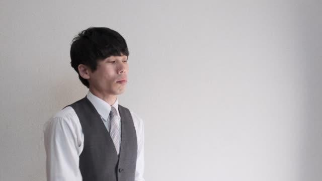 日本の男性ビジネスマンの 4 k 映像の上着を取って ビデオ