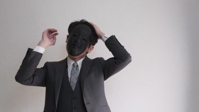 4 k ビデオ奇妙な仮面ビジネスマン自身を準備しました。 ビデオ