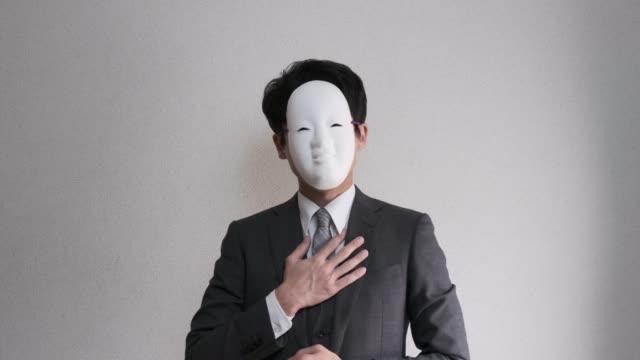 奇妙な仮面の実業家の 4 k 映像をおもてなし ビデオ