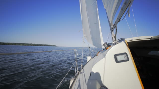 4 k video sommaren segelbåtar på sjön - skrov bildbanksvideor och videomaterial från bakom kulisserna