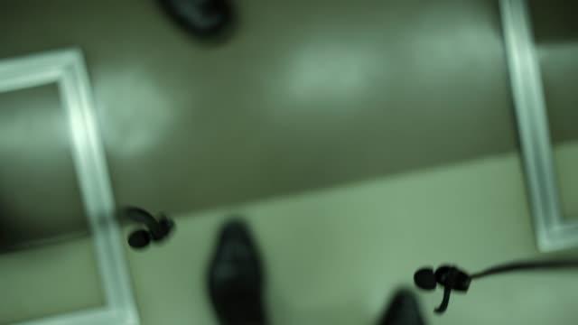 POV 4 k 動画電車の中であなたの足を見て ビデオ